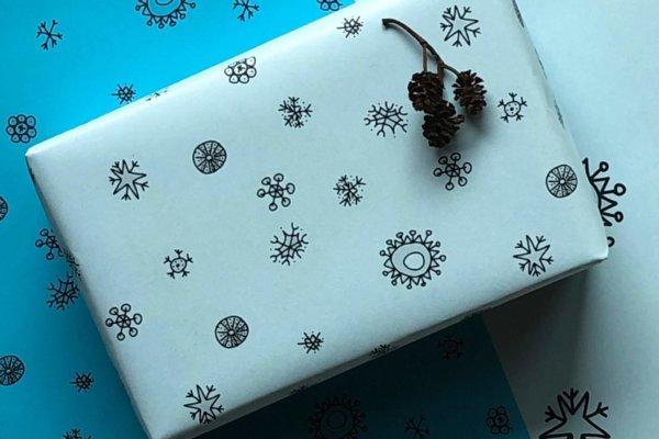 Geschenk mit neogrün Geschenkpapier im Schneeflockendesign verpackt