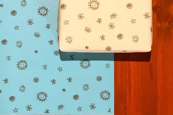 neogrün Geschenkpapier Schneeflocke auf Holzuntergrund