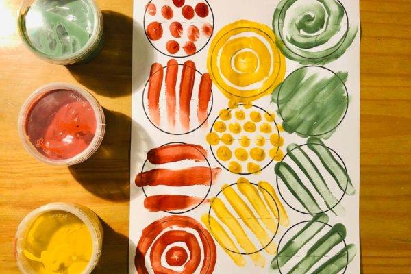 Mit Fingerfarben bemalte Druckvorlage für eine selbstgemachte Girlande mit Kreis