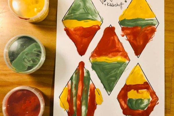 Mit Fingerfarben bemalte Druckvorlage für eine selbstgemachte Girlande Raute