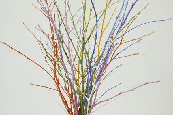 Bunte Zweige bemalt mit neogrün Fingerfarben