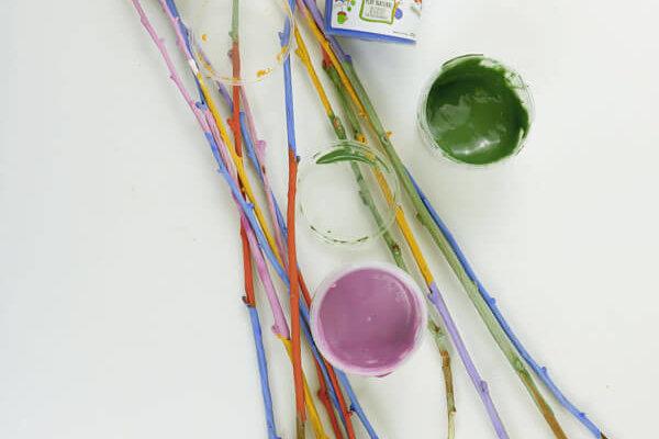 bemalte bunte Zweige mit neogrün Fingerfarbe