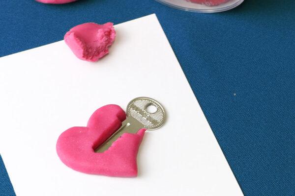 Grußkarte mit Herz aus Knete