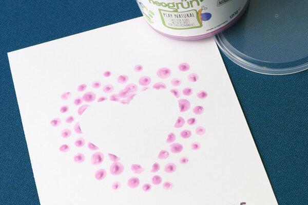 Karte zum Valentinstag mit Herz aus Bio-Fingerfarbe