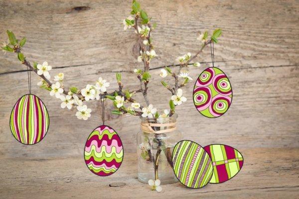 neogrün Osterstrauß mit bunten Eiern