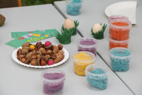 Teller mit Eicheln und neogrün Easy-Knete