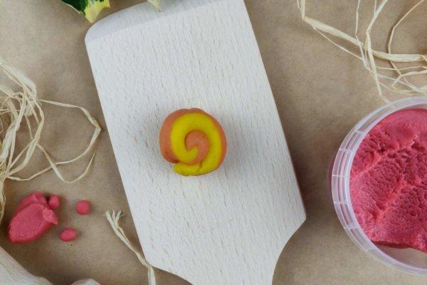 Weihnachtsstern aus Easy-Knete gelb und orange - Vorbereitung 1