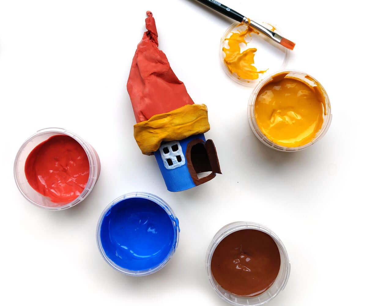 buntes Märchenhaus mit neogrün Fingerfarben